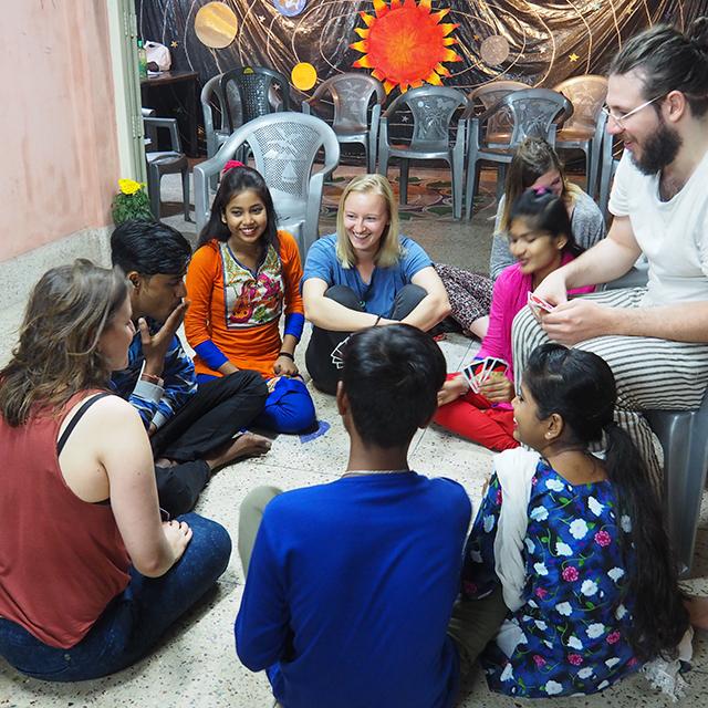 Vom Küken zum Pfau – Wie das Calcutta Project Basel den Kindern von Kolkatas Sexarbeiterinnen hilft