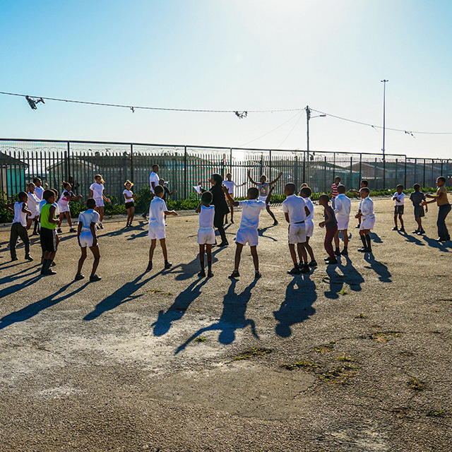 Sporttreibende Kinder im Rahmen des KaziBantu-Projekts