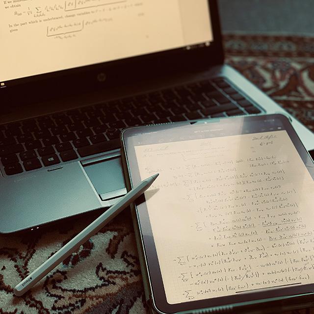 Tablet mit handschriftlichen Rechnungen (Danial Chughtai)