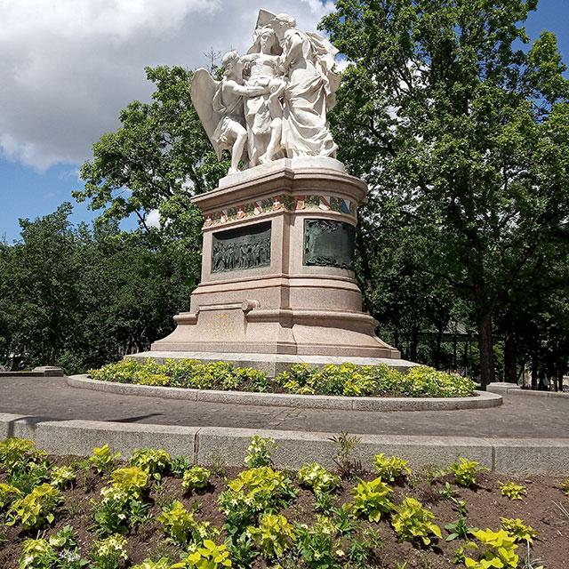 Strassburger Denkmal am Bahnhof SBB, davor die neu verpflanzten Señorita Bianca.