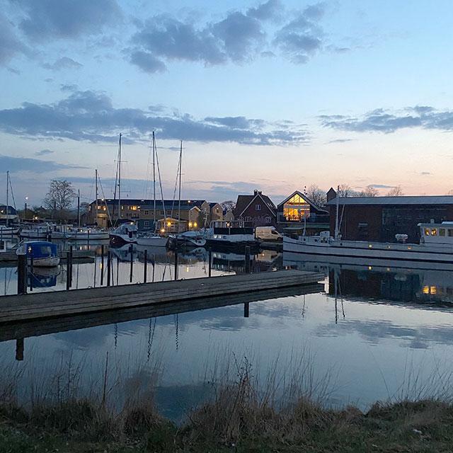 Hafen von Køge in Abenddämmerung